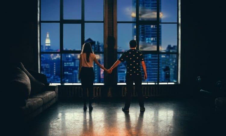 Со временем пара начинает все реж заниматься любовью.