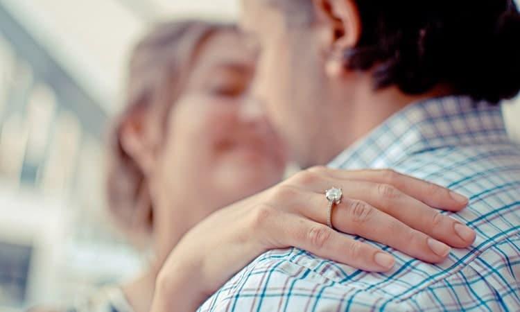 Если ваша бывшая уже вышла замуж, стоит ее забыть.